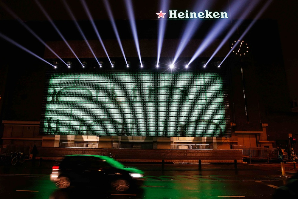 Heineken Lights Up The Wall With 5 000 Led Lit Bottles To