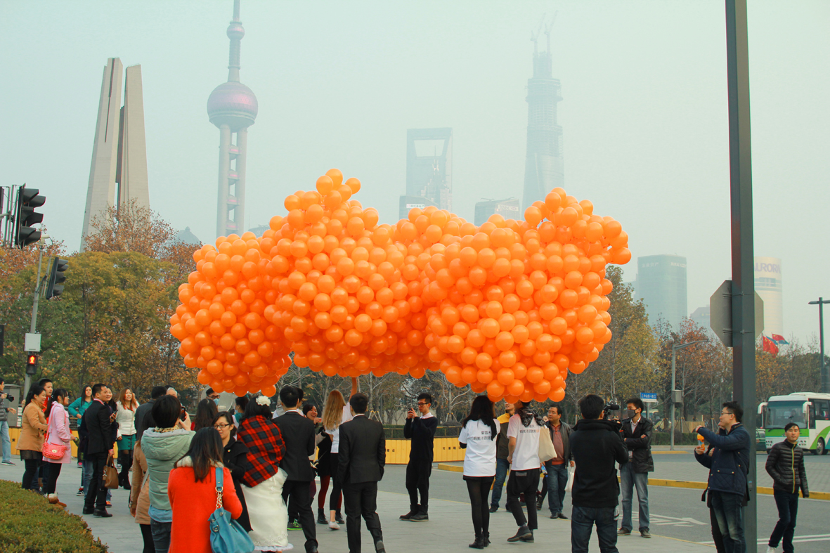 Pic.:  Minute Maid's marketing team hands out orange balloons to cheer people up in time of environmental disaster in Shanghai