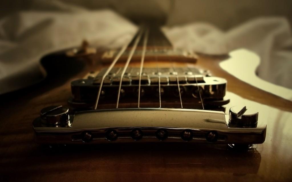 gitara_struny_otrazhenie_svet_krovat_1920x1200